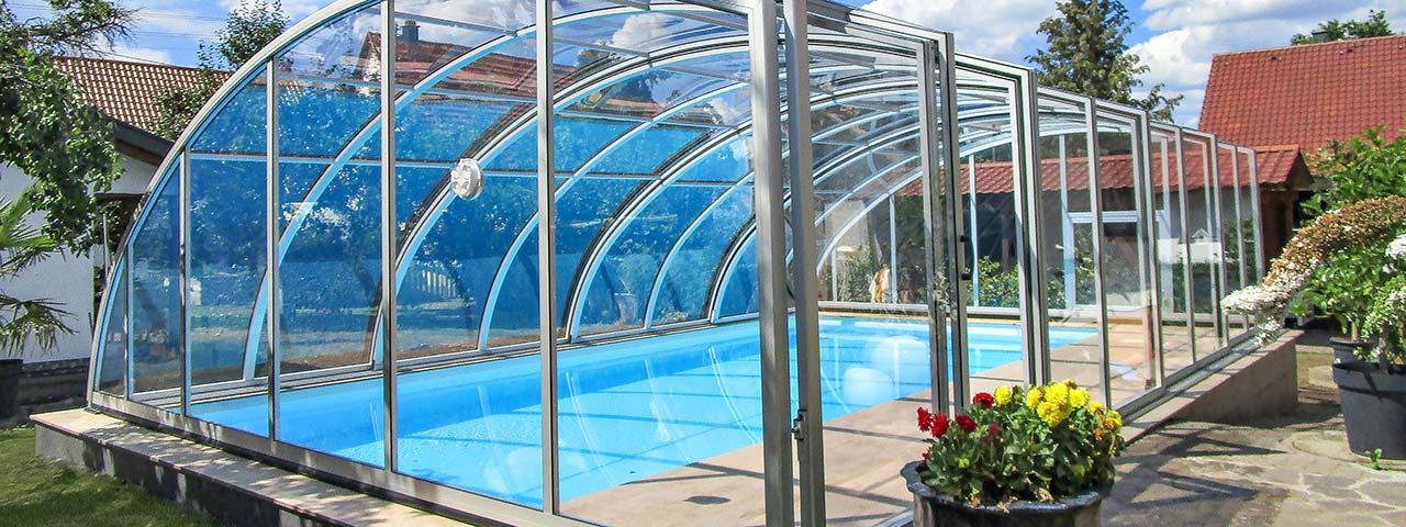 Schwimmbad-Überdachung mit einseitiger Stehhöhe VÖROKA EXCELLENT
