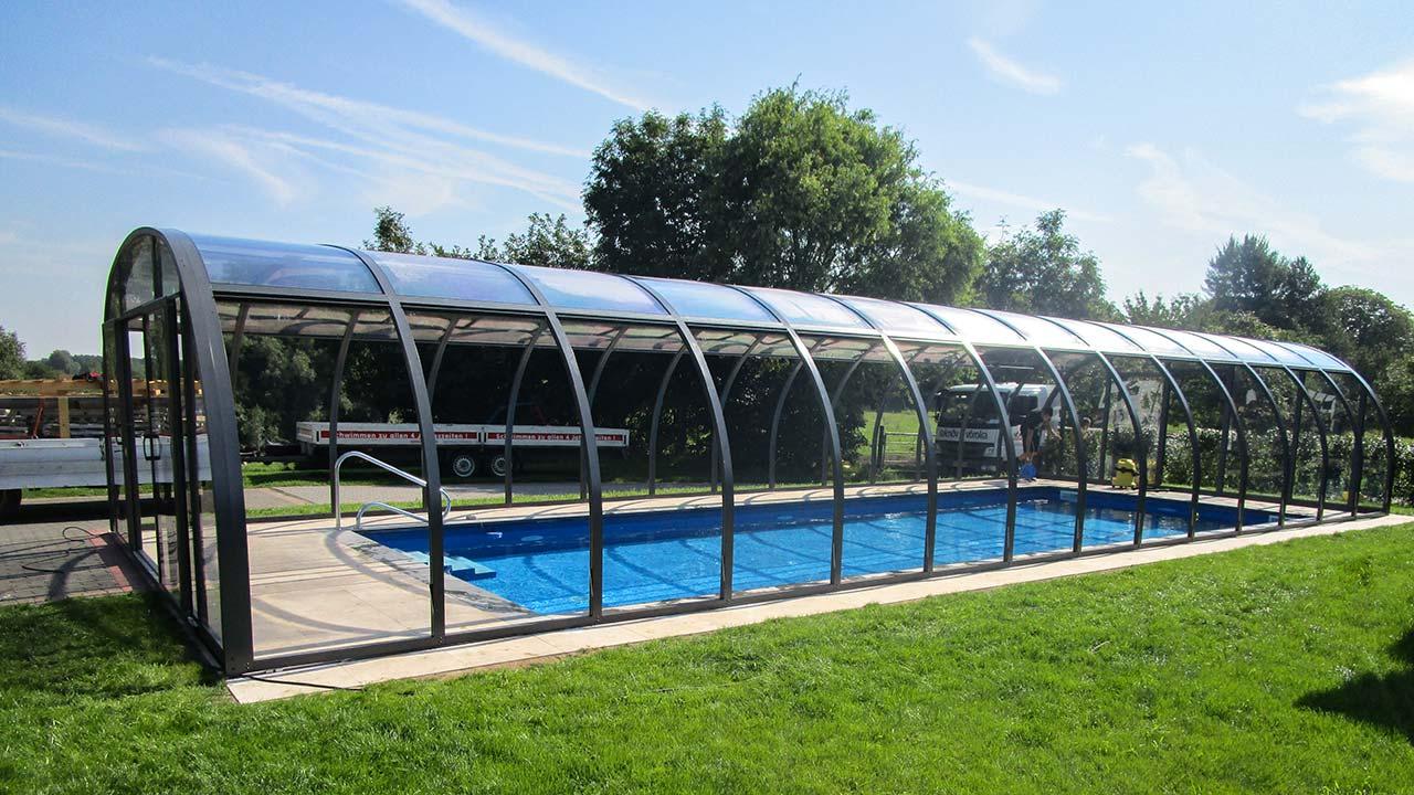 Poolüberdachung mit hochschiebbaren Dachplatten VÖROKA