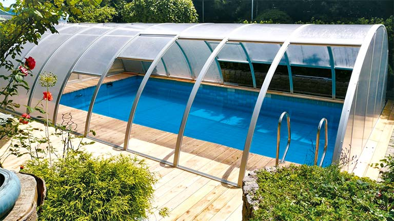 Fixed pool roofing with vertically sliding roof surfaces VÖROKA