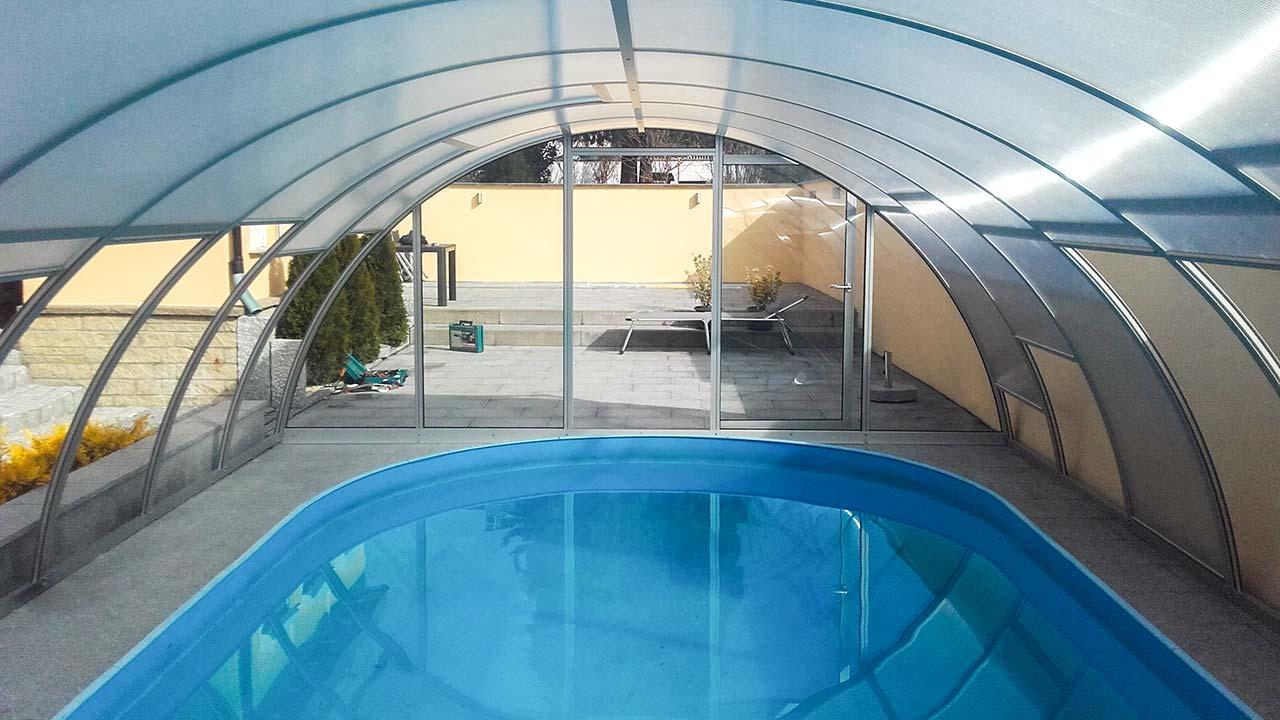 Pool hall with vertically slidable roof VÖROKA VARIO