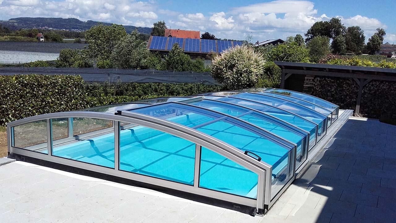 Halbhohe Pool-Überdachung / Poolhalle in matt-silber VÖROKA CARAT