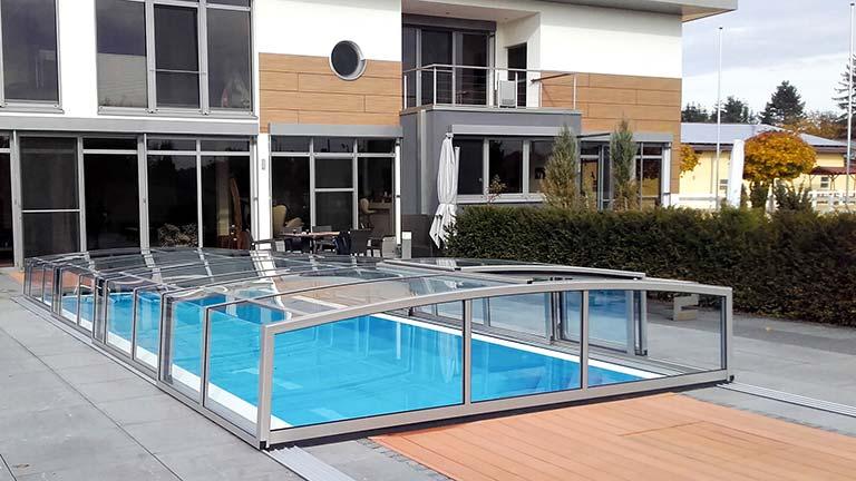 Eckige Schwimmbad-Überdachung in matt-silber VÖROKA CARAT